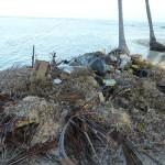 La spazzatura viene accumulata vicino al mare e periodicamente bruciata. I Kuna hanno sempre fatto così... solo che ora c'è la plastica.