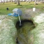 Questo ha dell'incredibile! Le isole hanno la capacità di conservare una sacca di acqua dolce, probabilmente di origine piovana. Questo è un pozzo per fornire acqua alla capanna.