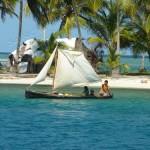 Su quest'isola c'è un pozzo e la famiglia dell'isola vicina viene a recuperare dell'acqua con la canoa a vela scavata nel tronco di un albero.